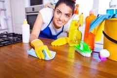 A jovem mulher bonita faz a limpeza da casa Ki da limpeza da menina foto de stock royalty free