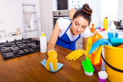 A jovem mulher bonita faz a limpeza da casa Ki da limpeza da menina imagens de stock royalty free