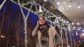A jovem mulher bonita faz um telefonema Fala no telefone video estoque