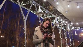 A jovem mulher bonita faz um telefonema Fala no telefone vídeos de arquivo