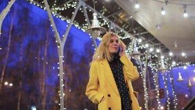 A jovem mulher bonita faz um telefonema Fala no telefone filme