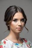 Jovem mulher bonita feminino com o penteado do bolo que olha a câmera fotos de stock royalty free