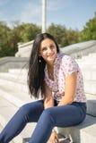 Jovem mulher bonita fora Aprecie a natureza Menina de sorriso saudável fotos de stock