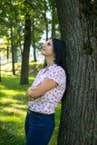 Jovem mulher bonita fora Aprecie a natureza Menina de sorriso saudável na grama verde fotos de stock