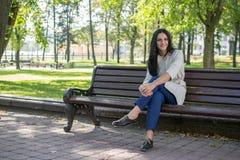 Jovem mulher bonita fora Aprecie a natureza Menina de sorriso saudável na grama verde imagem de stock