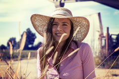 Jovem mulher bonita na bicicleta em uma estrada secundária fotos de stock