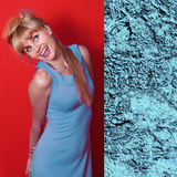 Jovem mulher bonita na cor elegante de niagara do vestido da mola Imagens de Stock