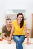 Jovem mulher bonita na cozinha Imagens de Stock Royalty Free