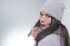 Jovem mulher bonita na fôrma do inverno Fotos de Stock