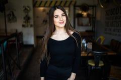 Jovem mulher bonita na loja do café foto de stock