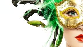 Jovem mulher bonita na máscara Venetian dourada misteriosa imagem de stock