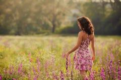 A jovem mulher bonita na mola floresce fora Foto de Stock Royalty Free
