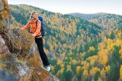 Jovem mulher bonita na parte superior da montanha imagens de stock royalty free