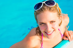 Jovem mulher bonita na piscina Fotografia de Stock Royalty Free