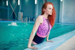 Jovem mulher bonita na piscina interna Menina 'sexy' atlética Estilo de vida saudável imagens de stock royalty free