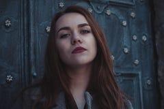 Jovem mulher bonita na porta Fotos de Stock Royalty Free