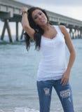 Jovem mulher bonita na praia Imagem de Stock Royalty Free