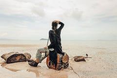 Jovem mulher bonita na praia no clima de tempestade Imagem de Stock