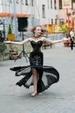 Jovem mulher bonita na roupa de um estilo ocasional isolada sobre o fundo branco Moça que dança em público, dança árabe, menina foto de stock