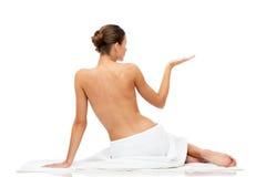 Jovem mulher bonita na toalha branca com parte superior desencapada imagem de stock royalty free