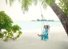 Jovem mulher bonita no balanço em tropical fotos de stock