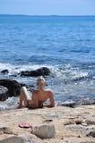 Jovem mulher bonita no banho de sol do biquini Fotos de Stock Royalty Free