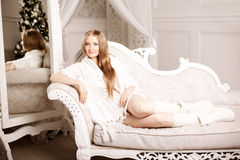 Jovem mulher bonita no branco perto da árvore de Natal Beautifu imagens de stock