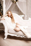 Jovem mulher bonita no branco perto da árvore de Natal Beautifu foto de stock royalty free