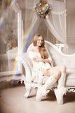 Jovem mulher bonita no branco perto da árvore de Natal Beautifu fotografia de stock royalty free