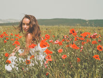 Jovem mulher bonita no campo da papoila Fotografia de Stock Royalty Free