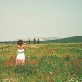Jovem mulher bonita no campo da papoila Imagem de Stock Royalty Free