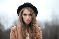 Jovem mulher bonita no chapéu do moderno fora fotos de stock