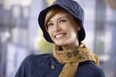Jovem mulher bonita no chapéu e no lenço fotografia de stock royalty free