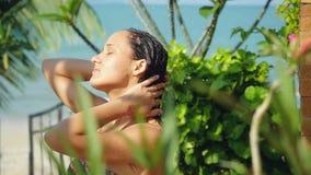 Jovem mulher bonita no chuveiro exterior Sensual e sedutor tem uma lavagem no movimento lento em férias de verão video estoque