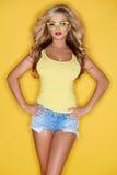 Jovem mulher bonita no equipamento da forma do verão Foto de Stock Royalty Free