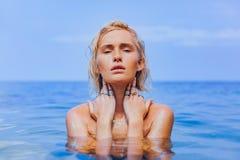 Jovem mulher bonita no fim da ?gua do mar acima do retrato sensual foto de stock