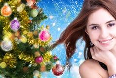 Jovem mulher bonita no fundo azul abstrato imagem de stock royalty free