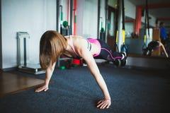 Jovem mulher bonita no gym Imagem de Stock Royalty Free