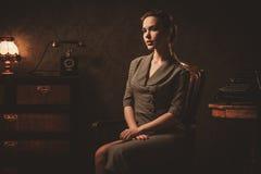 Jovem mulher bonita no interior retro fotografia de stock royalty free