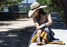 Jovem mulher bonita no parque imagem de stock