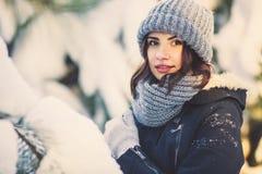 Jovem mulher bonita no parque no dia de inverno nevando Fotografia de Stock Royalty Free