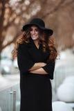 Jovem mulher bonita no revestimento do preto da forma, chapéu, vestido do laço Imagem de Stock
