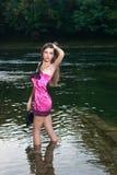 Jovem mulher bonita no rio foto de stock royalty free