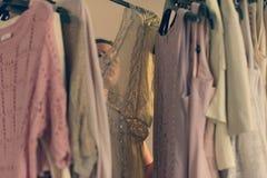 Jovem mulher bonita no roupa interior que escolhe que vestir a posi??o na frente de seu amanhecer do vestu?rio imagens de stock