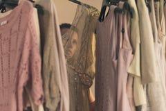 Jovem mulher bonita no roupa interior que escolhe que vestir a posi??o na frente de seu amanhecer do vestu?rio imagem de stock