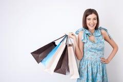 A jovem mulher bonita no vestido bonito está comprando Imagens de Stock Royalty Free