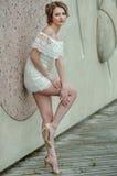 Jovem mulher bonita no vestido branco do laço que levanta fora imagens de stock royalty free