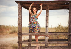 Jovem mulher bonita no vestido de seda leve do verão fora Fá da rua Imagem de Stock