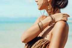 Jovem mulher bonita no vestido elegante no fim da praia acima Fotografia de Stock Royalty Free