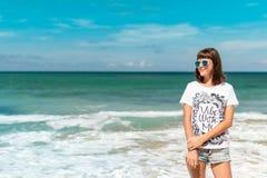 Jovem mulher bonita nos óculos de sol que levantam na praia de uma ilha tropical de Bali, Indonésia Imagens de Stock Royalty Free